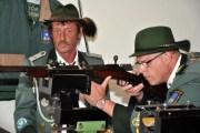 Joachim Hees, Vorjahreskönig und Brudermeister der Wahelener Schützen, tat den Ehrenschuss auf den Holzvogel (Foto: Reiner Züll)