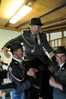 Der neue Schützenkönig Dieter Krahe wird von seinen Kollegen auf die Schultern genommen und ins Schützenhaus getragen. (Foto: Reiner Züll)