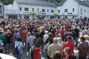 """Großer Ansturm herrschte in Bad Münstereifel bei der Eröffnung des """"City-Outlets"""". Bild: Josef Wildenberg/Eifeler Presse Agentur/epa"""