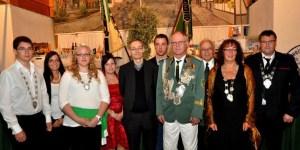 Präses Burkhard Möller (Mitte) krönte am Abend die neuen Majestäten der Kommerner St. Sebastianus-Schützenbruderschaft. Bild: Reiner Züll