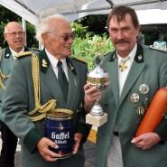Pokal, Fässchen und Fleischwurst nimmt Georg Habrich für die Schwerfener Schützen entgegen, die in Kommern das Schießen der Bruderschaften zum vierten Mal in Folge gewannen. (Foto: Reiner Züll)
