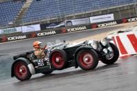 Mit einem großem Lenkrad, der außenliegenden Handbremse und dem seitlich angebrachten Reserverad ist der Invicta (Baujahr 1931) ausgestattet, mit dem Antja Willems über den Grand-Prix-Kurs fährt. (Foto: Reiner Züll)
