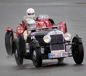 Aus dem Jahr 1939 stammt dieser Morgan 4/4 Climax, den Ingo Zeitz aus Waldböckelheim im strömenden Regen in Richtung Ford-Kurve steuert. (Foto: Reiner Züll)