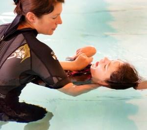 Im Satzveyer Hallenbad werden schwerstbehinderte Kinder mit Hilfe von Delphinlauten therapiert. (Bild: JH/Hilfsgruppe Eifel)