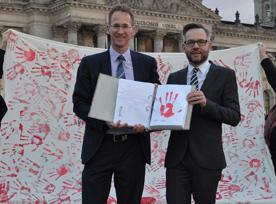Die beiden Abgeordneten Detlef Seif (vorn von links) und Michael Roth waren von der Zahl der gesammelten Hände beeindruckt. Foto: Büro Seif