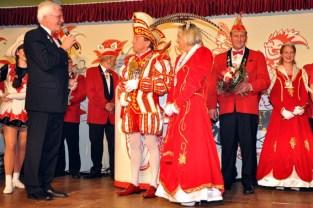 Bürgermeister Herbert Radermacher inthroniserte die neuen Kaller Narrenherrscher. Bild: Reiner Züll