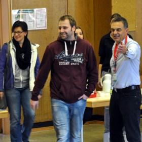 Betätigte sich bei der Typisierungsaktion acht Stunden lang als Einweiser: Bürgermeister Rudolf Westerburg (rechts). (Foto: Reiner Züll)