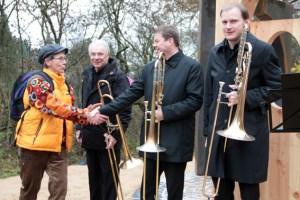 Birgit Sommer bedankte sich bei den Blasmusikern, die quasi den akustischen Raum des Kunstwerks eröffnet hatten. Bild: Michael Thalken/Eifeler Presse Agentur/epa