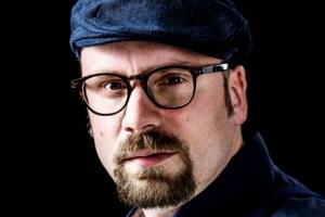"""Auch André Biakowski ist beim zweiten Samstag gegen das Vergessen in der Galerie """"Eifel Kunst"""" mit dabei. Bild: Gerald Zörner"""