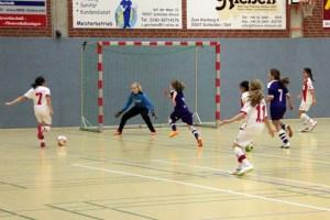 In der Turnhalle des Städtischen Gymnasiums in Schleiden dreht sich wieder alles um den Jugendfußball. Bild: Michael Thalken/Eifeler Presse Agentur/epa