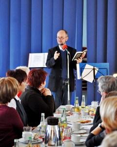 Krimiautor Ralf Kramp sorgte für vergnügliche Unterhaltung auf der Adventsfeier der Caritas Euskirchen. Bild: Carsten Düppengießer