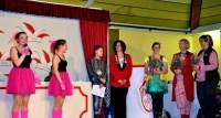 """Zwei """"Smartyys"""" (links) bedanken sich während der Kindersitzung bei den Trainerinnen Svenja Schnichels und Simone Thelen sowie bei der Kostümnäherin Elke Müller. In der Mitte Sitzungspräsident Leander Lutsch. Foto: Reiner Züll"""