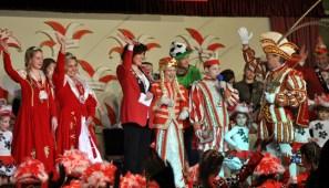 Prinz Hans II. (rechts) heißt das Dreigestirn der Kaller St. Nikolaus-Förderschule willkommen. Leider mussten Prinz Jonny I. und Jungfrau Laura I. auf ihren Bauern Stefano I. verzichten, der erkrankt war. Foto: Reiner Züll