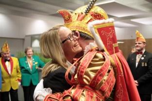Prinz Gerhard I. bedankte sich bei der Leiterin des KSK-Beratungscenters am Kirchplatz, Melanie Möseler, für den schönen Empfang. Bild: Michael Thalken/Eifeler Presse Agentur/epa
