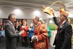 Prinz Gerhard I. bekam vom KSK-Vorstandsmitglied Hartmut Cremer den Sparkassenorden verliehen. Bild: Michael Thalken/Eifeler Presse Agentur/epa