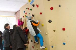 Die Kletterwand ist bereits in Betrieb und wird von den Schülern der Astrid-Lindgren-Schule sowie den benachbarten Grundschulkindern rege genutzt. Bild: Tameer Gunar Eden/Eifeler Presse Agentur/epa
