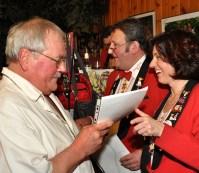 Auch Vereinswirt Dieter Forner wurde geehrt. Er ist seit mehr als 22 Jahren Mitglied der Löstige Bröder. Zur Hofburgeröffnung hatte er eine deftige Erbsensuppe kredenzt. Foto: Reiner Züll