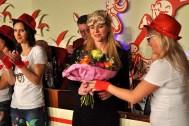 Ein Blumenstrauß als Dankeschön: Rebekka Kautz (Mitte) hatte das Kallbachmücken-Revival mit der Gruppe einstudiert. (Foto: Reiner Züll)
