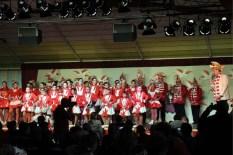 Die IG Ländchen auf der Bühne: Während des 11-stündigen Marathons in der Bürgerhalle eroberten rund 1000 Kinder und Jugendliche die Bühne. Foto: Reiner Züll)