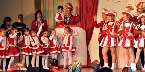 """Der Kaller """"Löstige Bröder""""-Chef Werner Keutgen mit dem Sötenicher Karnevalsnachwuchs. (Foto: Reiner Züll)"""