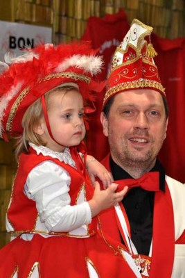 """Die Vussemer Karnevalisten kamen mit Kind und Kegel zur Eröffnung des Standquartieres def Ringgemeinschaft """"Altkreis Schleiden"""" nach Kall. (Foto: Reiner Züll)"""