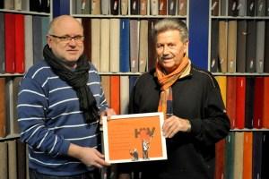 Bernhard Becker (l.) überreichte Hubert Hamacher ein Bild, das Wohnungslose für den Spender gemalt haben. Bild: Carsten Düppengießer