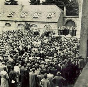 Hubert Meyer schoss dieses Bild vom 11. Eifeler Musikfest im Jahre 1956. Damals fand die Veranstaltung noch unter freiem Himmel statt. Erst Ende der 1950er Jahre verlegte man die Konzerte ins Innere der Basilika. Bild: Kreismedienzentrum Euskirchen
