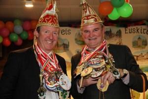 Landrat Günter Rosenke (r.) und Manfred Poth verlihen nicht nur zahlreiche Orden, sie kamen selber auch einige Kilogramm an Karnevalsorden verliehen. Bild: Silvia Vanselow.
