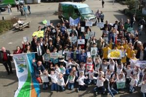 """Große Begeisterung bei Schülern, Projektpartnern und Lehrern der Nationalpark-Schulen Eifel, die in Aachen als """"Netzwerk der Zukunft"""" zertifiziert wurden.Bild: (Nationalparkverwaltung Eifel/ Th. Arulanandam)"""