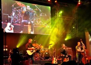 Die Eifelperlen mit Uwe Reetz (Mitte) spielten das Warm up auf der großen Bühne. Foto: Reiner Züll
