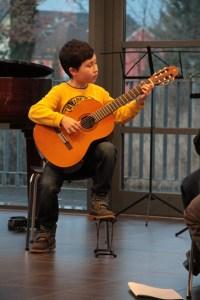 Bereits ein kleiner Meister auf seinem Instrument: Der Mechernicher Oliver Maier an der Gitarre. Bild: Michael Talken/Eifeler Presse Agentur/epa