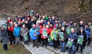 Die Wegepaten des Eifelsteiges und der Partnerwege erhielten als kleine Anerkennung Ihrer ehrenamtlichen Arbeit einen neuen Eifel Rucksack. Bild: Eifel Tourismus