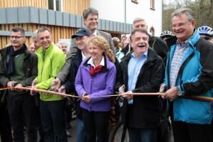 Die Politikprominenz durfte den Kyllradweg für die Öffentlichkeit freigeben.  Bild: Michael Thalken/Eifeler Presse Agentur/epa