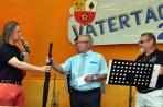 Organisator Björn Schäfer (links) übereichte seinem Vorgänger Rolf Jaeck, der die Schiirmherrschaft über das Fest übernommen hatte, symbolisch einen Regenschirm. Rechts Mitorganisator Reiner Züll von der Hilfsgruppe Eifel. Bild: Reiner Züll