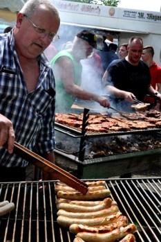Hunderte Würstchen und Grill-Koteletts fanden reißenden Absatz. Bild: Reiner Züll