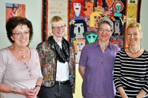 Caritas-Mitarbeiterinnen Irene Rütten (l.) und Cilly von Sturm (r.) bekamen von Annemie Heil (2.v.l.) und Rita Schischka (3.v.i.) vom kfd eine Spende überreicht. Foto: Caritas Euskirchen