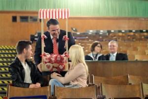 KSK-Vorstandsvorsitzender Udo Becker spielte im Kino Vogelsang den Candy-Man, der nur auf Bargeld steht. Bild: Michael Thalken/Eifeler Presse Agentur/epa