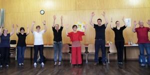 So sieht es aus, wenn die Chormitglieder selbst applaudieren. Der Beifall galt Rita Witt und Markus Ramers, die das Fortbestehen des Chors ermöglichten. Bild: Michael Thalken/Eifeler Presse Agentur/epa