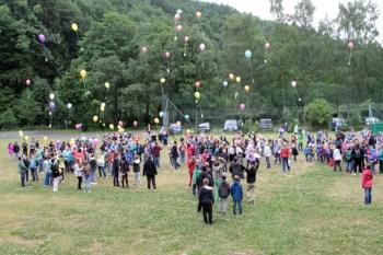 Zum Abschluss ließen die Kinder hinter der Weiherhalle Luftballons mit Klimaschutz-Wünschen in den Himmel steigen. Bild: Michael Thalken/Eifeler Presse Agentur/epa