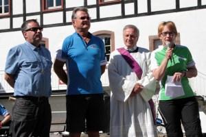 """Die stellvertretende Bürgermeisterin von Blankenheim, Simone Böhm (r.) erteilte den Startschuss für die 11. """"Tour de Ahrtal"""". Bild: Michael Thalken/Eifeler Presse Agentur/epa"""