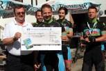 """Das Team Oberahr übergab einen Scheck an Franz Willems (links) von den """"Unsichtbaren Freunden"""". Bild: Michael Thalken/Eifeler Presse Agentur/epa"""