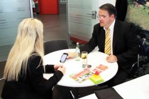 KSK-Vorstandsvorsitzender Udo Becker zeigt Christina Virnich die Mail eines Kunden. Bild: Michael Thalken/Eifeler Presse Agentur/epa
