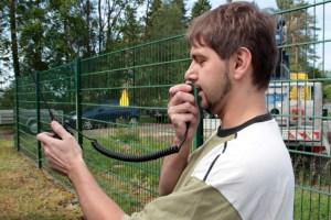 Funkamateur Christian Schlich erklärte die digitale Funktechnik. Bild: Michael Thalken/Eifeler Presse Agentur/epa