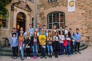 """Yannik Dumon (Mitte) und alle anderen Sieger und Siegerinnen des Rotary-Wettbewerbs """"Jugend und Technik"""" präsentierten sich auf den Eingangsstufen von Burg Namedy stolz den Fotografen. Bild: Rotary Club"""