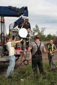 Die Richtfunkantennen wurden in den Steigerwagen verladen, bevor es 25 Meter hoch in luftige Höhen ging. Bild: Michael Thalken/Eifeler Presse Agentur/epa