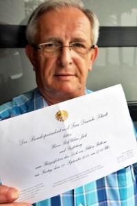 Ein goldener Bundesadler ziert die Einladung, mit der Bundespräsident Joachim Gauck den Kommerner Ehrenamtler Rolf Jaeck und dessen Frau Conny zum Bürgerfest ins Schloss Bellevue nach Berlin eingeladen hat. Bild: Reiner Züll
