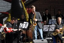 Die Bühne lag im Sonnenschein, als die Bigband der Marienschule Euskirchen musizierte. Foto: Reiner Züll
