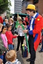 Eingangs des Kinderspielparadieses verblüfftte ein Zauberer mit seinen Luftballon-Tricks. Foto: Reiner Züll