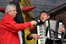Willi Greuel assistiert einem Akkordeon-Spieler aus Afghanistan. Foto: Reiner Züll