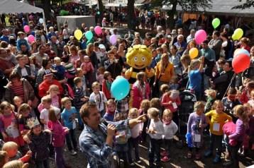 Jede Menge Kinder und Luftballons: Von der Bühne aus bot sich ein buntes Bild. Foto: Reiner Züll